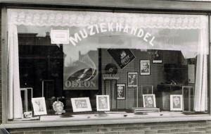 Etalage muziekhandel Evelyn Novacek (foto: evelynnovacek.nl)